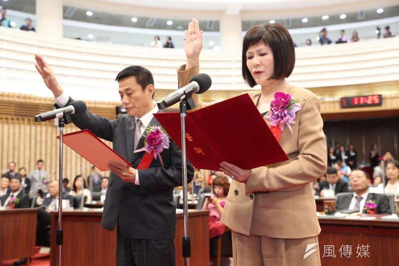 高雄市議長許崑源(左)與副議長陸淑美,宣誓就職。(圖/徐炳文攝)