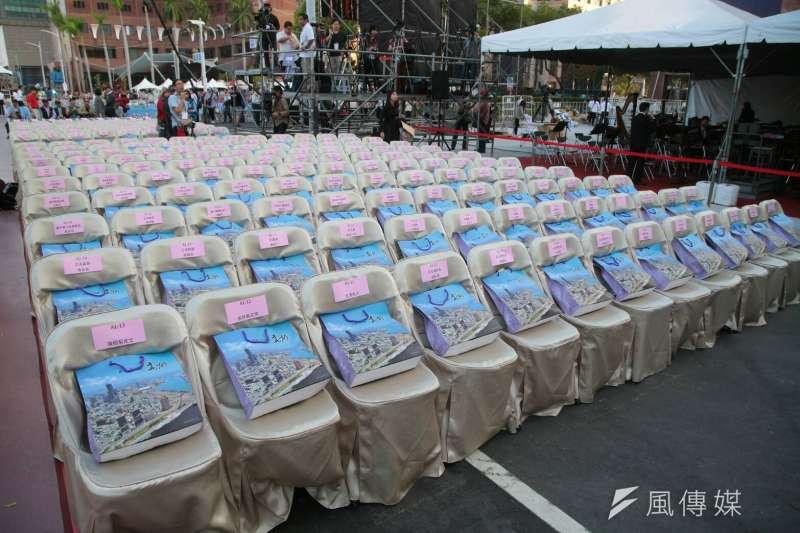 20181225-高雄市長當選人韓國瑜25日於愛河畔舉行就職典禮,會場座位已準備就緒。(顏麟宇攝)