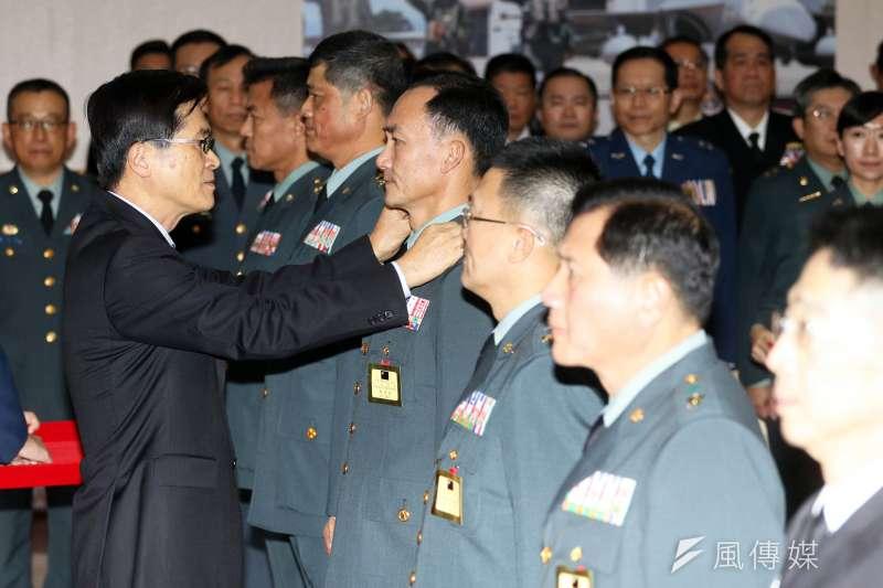 國軍108年上半年將官晉升典禮。國防部長嚴德發授予晉任將官上階。(蘇仲泓攝)