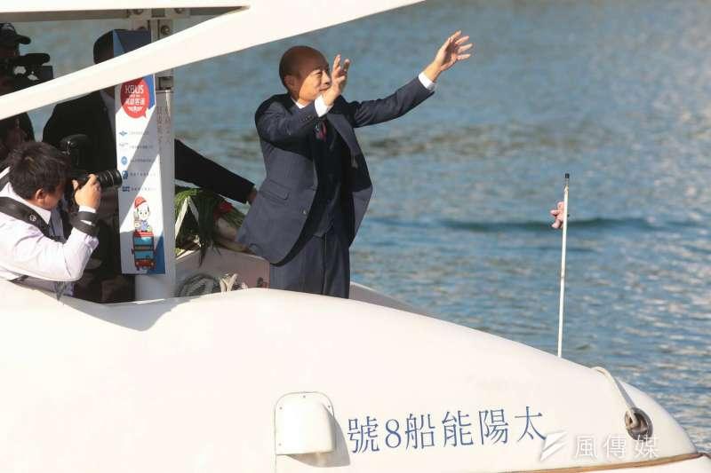 20181225-高雄市長韓國瑜25日在愛河畔舉行就職暨交接典禮,搭乘愛之船前往會場。(顏麟宇攝)