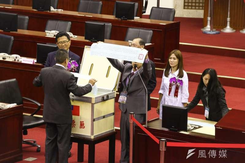 20181225-台北市議會25日舉行正副議長選舉,議長投票進行約半小時,隨後進行開票,由於此次採記名投票,藍綠都沒有人跑票。(陳品佑攝)