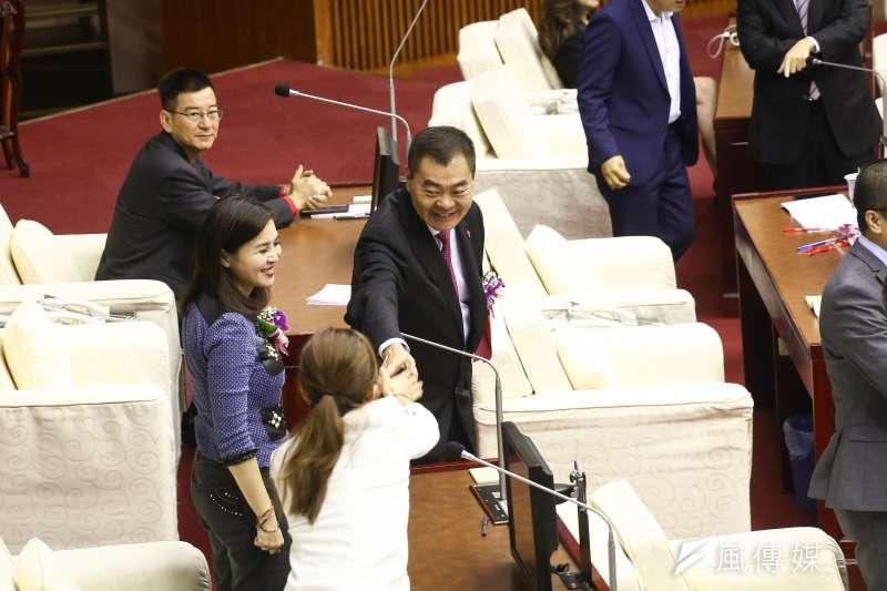 台北市議會25日舉行正副議長選舉,議長投票進行約半小時,陳錦祥以33票拿下議長寶座。(陳品佑攝)