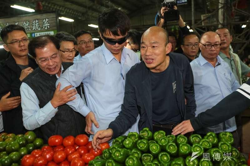 高雄市長韓國瑜到高雄市十全果菜市場,向攤商致意打氣。(顏麟宇攝)