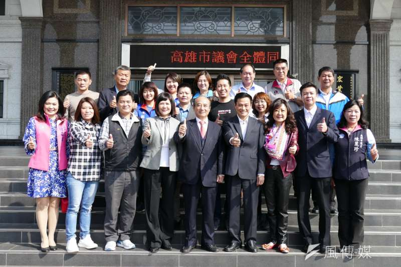 王金平(中)在高雄舉行「辭歲感恩餐會」,邀請議長許崑源(右3)、副議長陸淑美(左3)及其他黨籍議員參加。(圖/徐炳文攝)