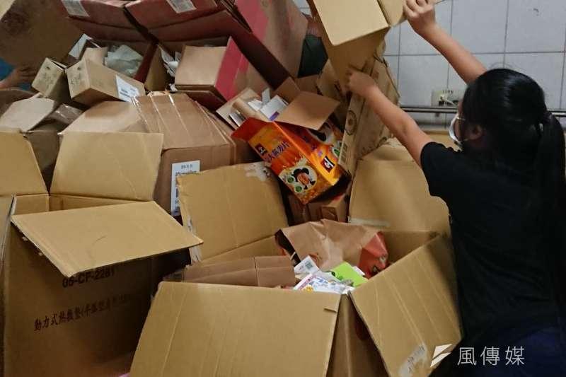受到進口廢料大舉侵台影響,現在回收一公斤廢紙箱只能拿到2塊錢。(黃天如攝)