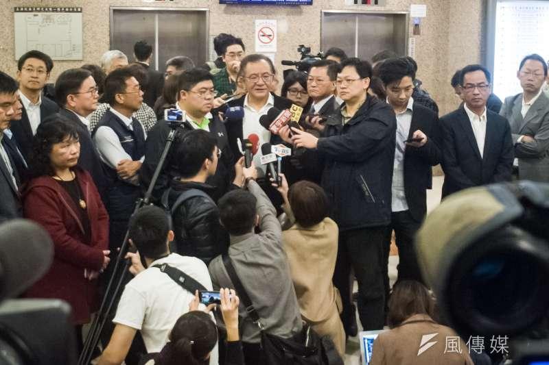 20181227-民進黨立委高志鵬被判貪污圖利罪定讞,高志鵬27上午召開記者會出面說明,多名 同黨立委出面聲援。(甘岱民