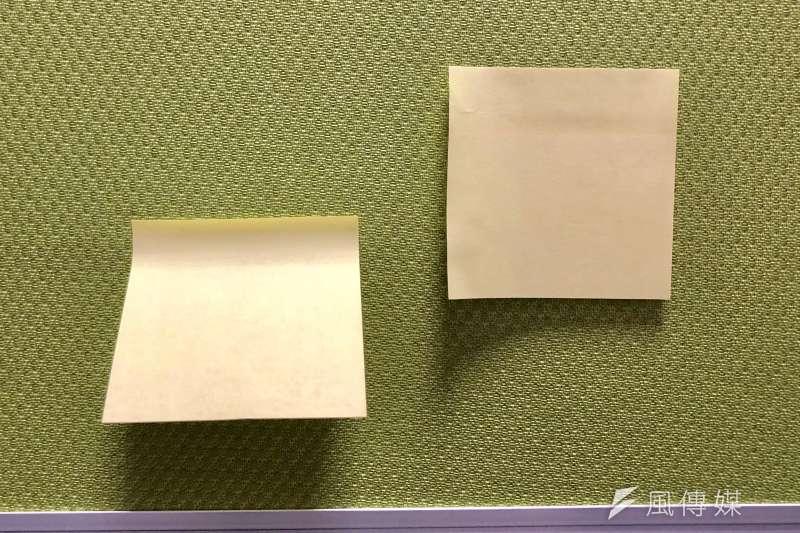 便利貼若從「側面」去撕,撕下來不僅是平的,也會服貼牆壁(圖右),除了美觀外,也不用擔心被風吹落。(黃宇綸攝)