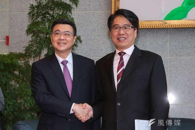 前行政院秘書長卓榮泰(左)與台灣民意基金會董事長游盈隆(右)參加民進黨主席補選,明日即將分出勝負。(資料照,顏麟宇攝)