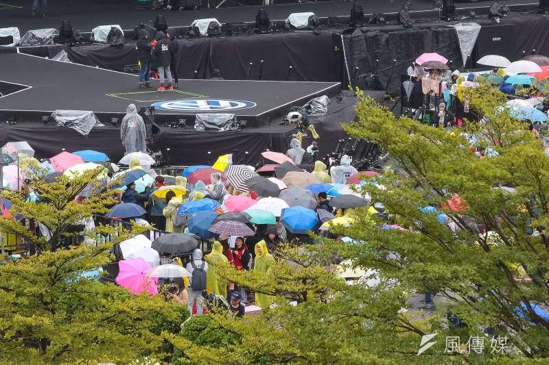 20181231-台北市政府31日於府前舉行「2019台北最High新年城晚會」,下午民眾就撐傘於現場等候。(顏麟宇攝)