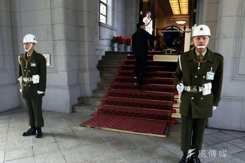 過去憲兵給人的印象,就是筆挺的制服、高聳沉重的白色頭盔,現在總統府區,僅剩下大門和府內部分哨點還能見到。(資料照,蘇仲泓攝)