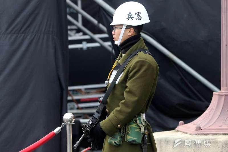 20181231_寫有憲兵二字的白盔、筆挺的制服,是憲兵過去數十年給人的印象。(蘇仲泓攝)