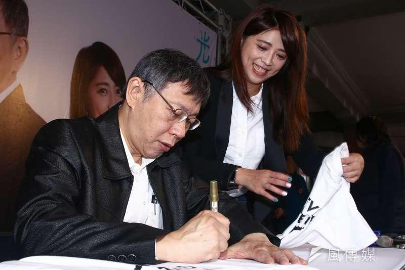 20190105-柯文哲(左)與陳思宇(右)海報簽名見面會。(蔡親傑攝)
