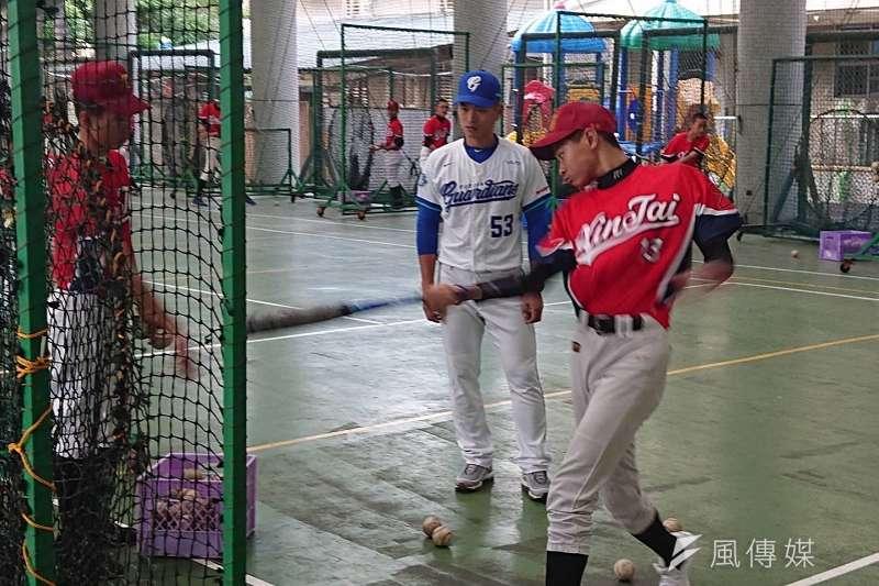 王正棠今日參與「悍你上學去」校園巡迴棒球教室的活動,指導新泰國中球員,在受訪時王正棠談到了休賽季的訓練狀況,以及今年球季的期望。 (金茂勛攝)