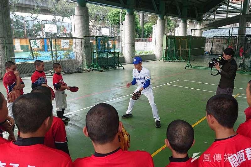 富邦悍將今日舉辦「悍你上學去」校園巡迴棒球教室,指導新泰國中球員打擊、守備。 (金茂勛攝)