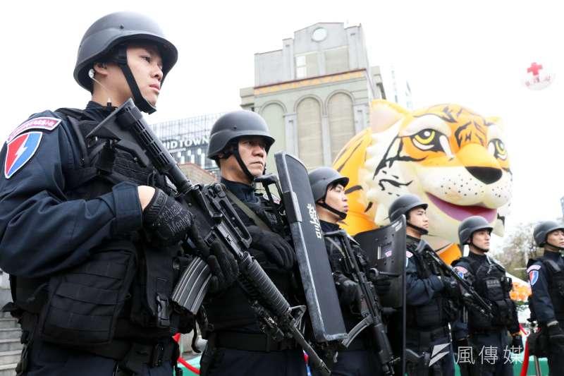 霹靂小組 20190108_霹靂小組是各縣市治安維護、打擊犯罪利器,還有大型活動第一線反恐警力。圖為台北市刑大特勤中隊執行台北燈節安全維護工作。(資料照,蘇仲泓攝)