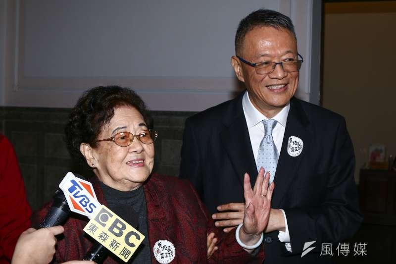 20190108-管中閔母親(左)參加第十二任台大校長管中閔就職典禮。(蔡親傑攝)