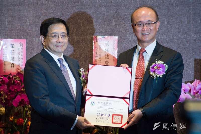 台大校長當選人管中閔(左)於8日上午舉行就職典禮,台大一級主管人事也成注目焦點。(蔡親傑攝)