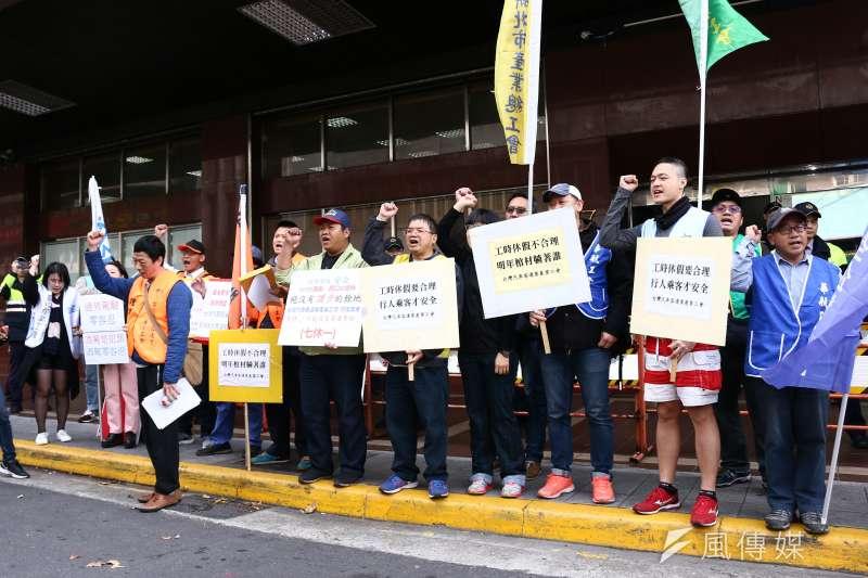 勞動部日前鬆綁客運業七休一,「台灣汽車客運產業工會」9日在勞動部前陳情抗議。(蔡親傑攝)