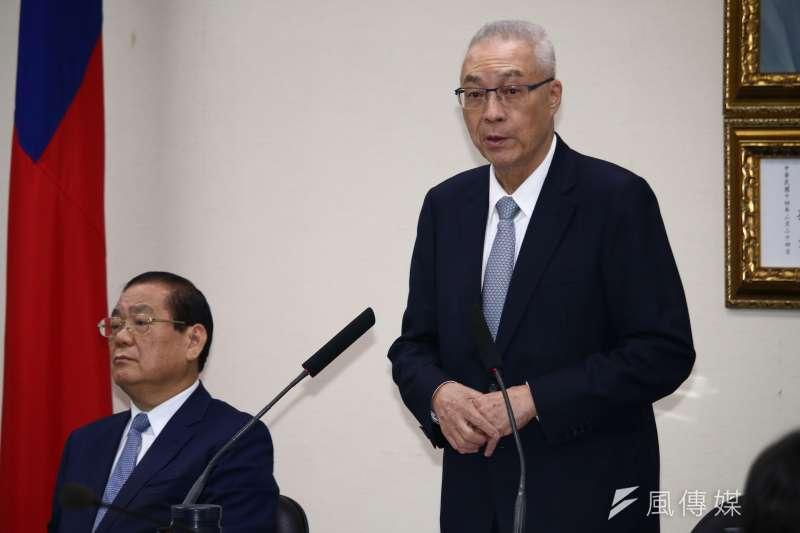 國民黨主席吳敦義(右)在中常會上重申國民黨兩岸政策基本立場,即是「一中各表的九二共識」。(蔡親傑攝)