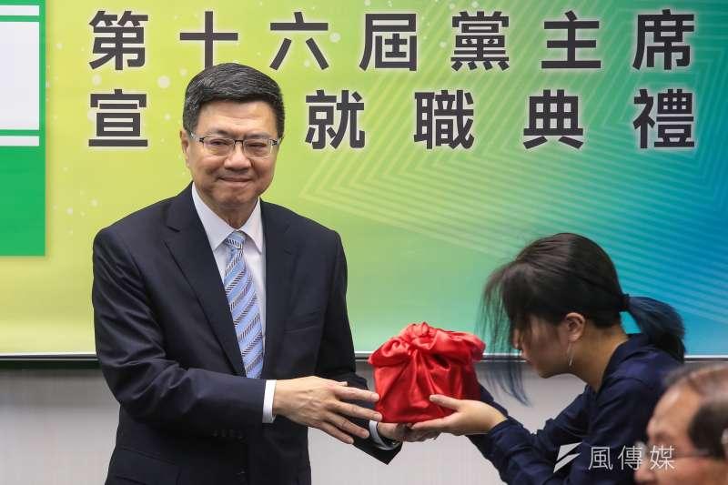 卓榮泰(左)今就任民進黨主席,表示絕不能忘1124差點被翻天覆地的日子。(顏麟宇攝)