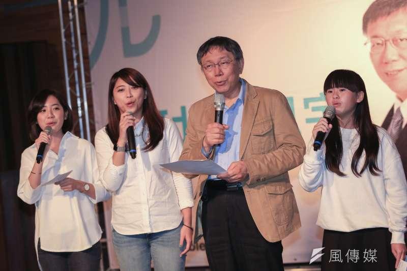 台北市長柯文哲9日為代表柯家軍參選台北立委補選的陳思宇站台,並合唱競選歌曲。(簡必丞攝)