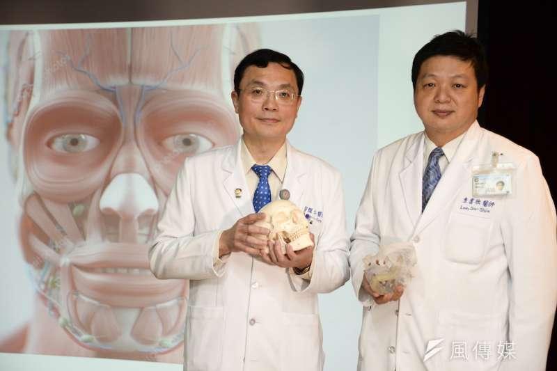 高醫外科部主任郭耀仁(左),在「複合組織異體移植研討會」上宣布人體試驗獲衛生福利部同意。(圖/徐炳文攝)