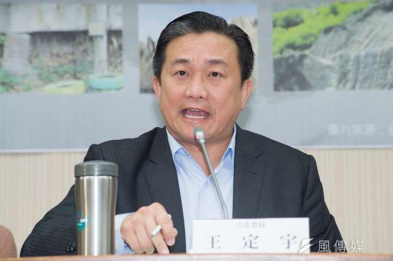 民進黨立法委員王定宇痛批NCC縱容「假消息」。(甘岱民攝)