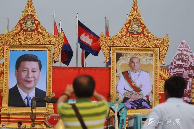 柬埔寨首都金邊,掛有中國國家主席習近平與柬埔寨國王諾羅敦・西哈莫尼的肖像。(圖/*CUP提供)