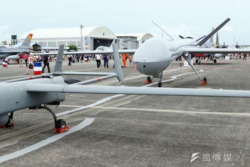 20190111-國軍目前使用的「銳鳶」無人機(前),隸屬於海軍;後方的「騰雲」無人機,未來順利服役後,則將成為國軍體型最大的無人機。(蘇仲泓攝)
