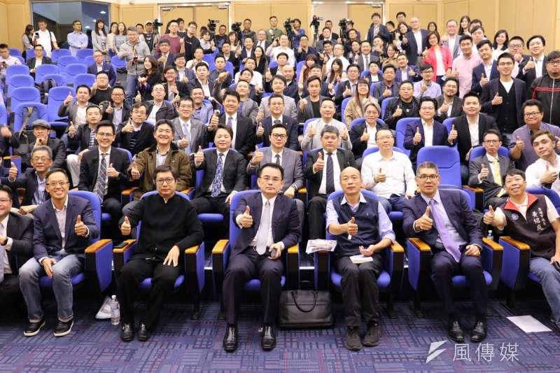兩岸暨跨境創新創業交流協會首度移師高雄舉辦,會員們於大會大合照。(圖/徐炳文攝)