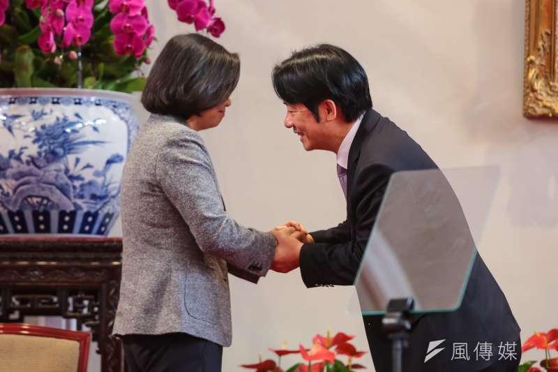 總統蔡英文(左)11日召開記者會公布新任行政院長人選,卸任行政院長的賴清德(右)與蔡英文握手致意。(顏麟宇攝)