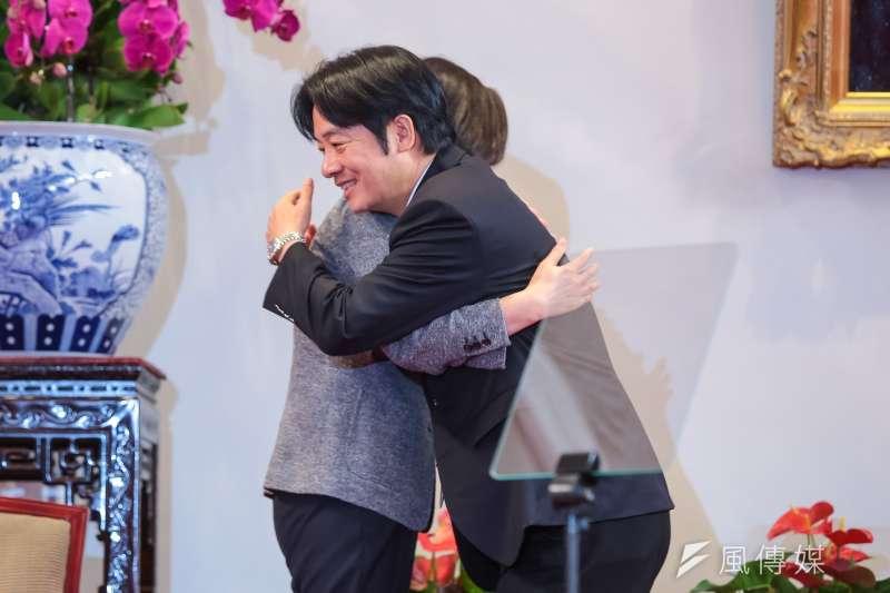 前行政院長賴清德卸任時與總統蔡英文擁抱,二個月又一周後,他登記領表參加民進黨初選,成為蔡英文連任之途的第一個挑戰者。(顏麟宇攝)