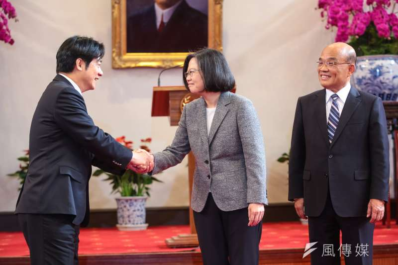 根據台灣制憲基金會最新民調結果,2020總統大選,總統蔡英文(中)的支持度僅24.7%,前行政院長賴清德(左)則高達50.8%。(顏麟宇攝)