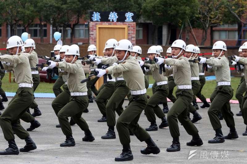 憲兵指揮部12日上午舉行87周年部慶,憲訓中心志願役士兵在動態操演中進行刺槍術演練。(蘇仲泓攝)