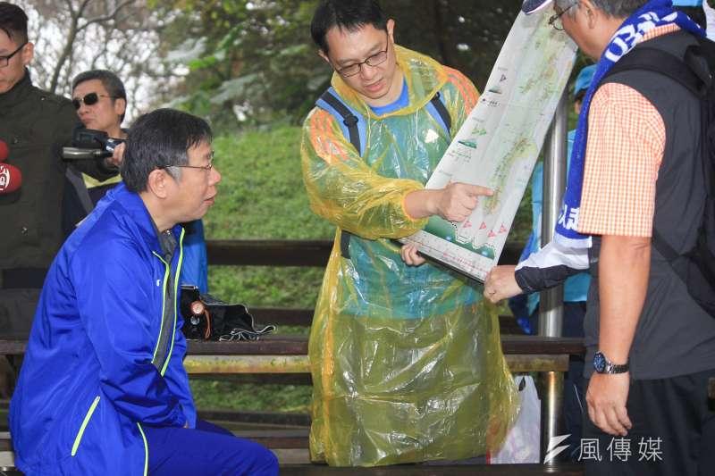20190112-台北市長柯文哲12日上午前往政大後山進行縱走活動,在活動中聽取路線簡報。(方炳超攝)