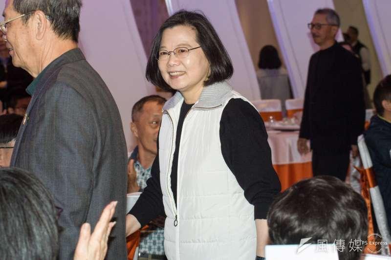 台灣民意基金會今(21)日公布最新民調,總統蔡英文(中)滿意度大幅上升10個百分點來到34.5%。(資料照,甘岱民攝)