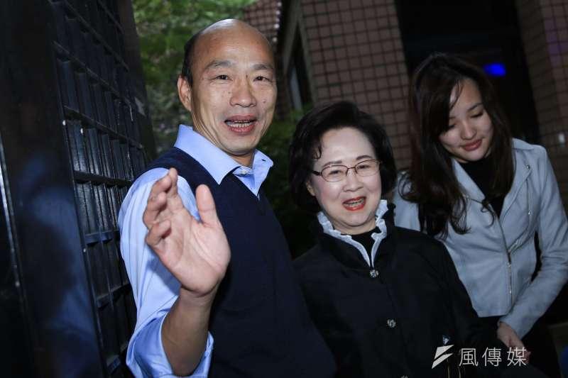 高雄市長韓國瑜(左)和女兒韓冰(右)北上拜會瓊瑤(中)。(簡必丞攝)