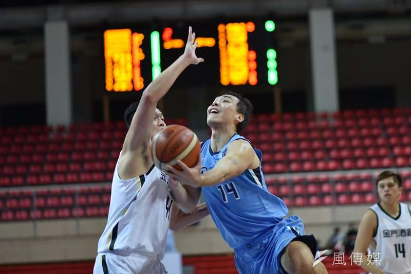富邦勇士前鋒蔡文誠(右)在今天的比賽中達成生涯2000籃板的成就。(資料照,王永志攝)