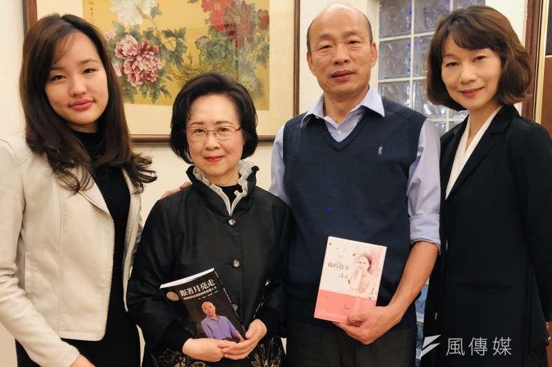 高雄市長韓國瑜(右2)及女兒韓冰(左1)等人北上拜會瓊瑤(左2)。(圖/徐炳文攝)