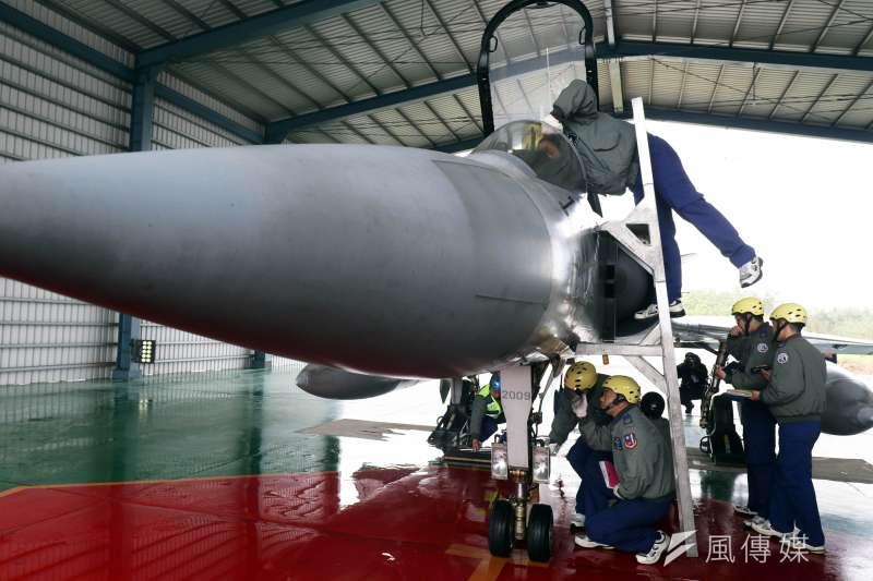 20190116-國防部16日邀請媒體前往三軍部隊了解加強戰備的情形,首站來到空軍新竹基地,在代表戰力檢整階段,是幻象2000戰機在「大馬力試車場」進行發動機的推力測試。(蘇仲泓攝)