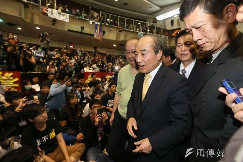 2014年太陽花學運占領立院多日,當時的立法院長王金平(右三)前往探視學生。(柯承惠攝)