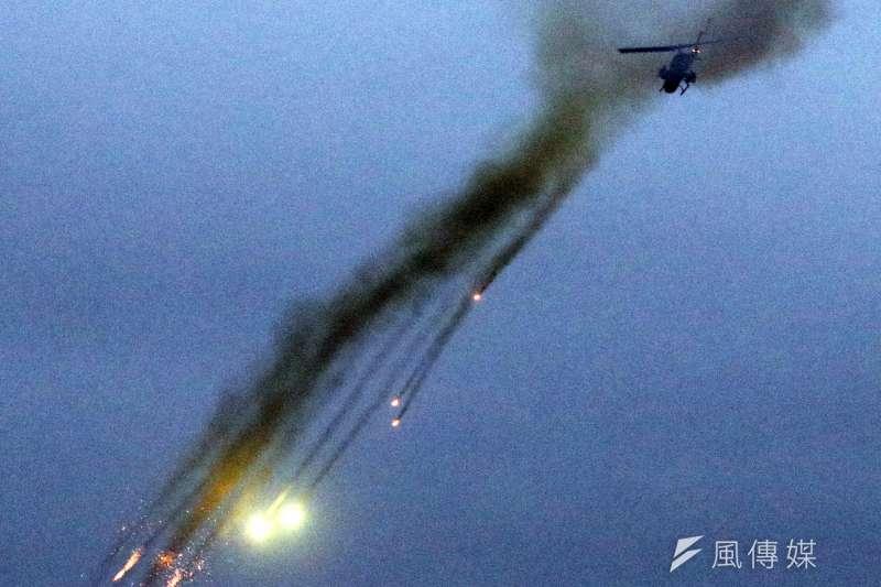 20190117-陸軍十軍團第五作戰區主導的「聯合反登陸作戰」實彈操演17日於台中清水地區「甲南海灘」登場。圖為AH-1W攻擊直升機施放火箭攻擊目標。(蘇仲泓攝)