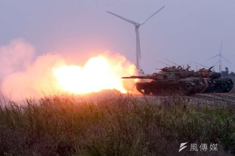 陸軍十軍團第五作戰區主導的「聯合反登陸作戰」實彈操演17日於台中清水地區「甲南海灘」登場。圖為M60A3戰車擊發戰車砲。(蘇仲泓攝)