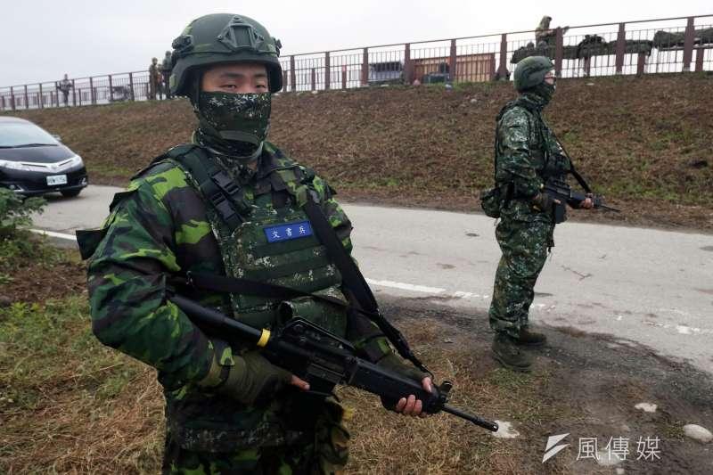 20190117-陸軍十軍團第五作戰區主導的「聯合反登陸作戰」實彈操演17日於台中清水地區「甲南海灘」登場。圖為在周邊警戒的官兵。(蘇仲泓攝)