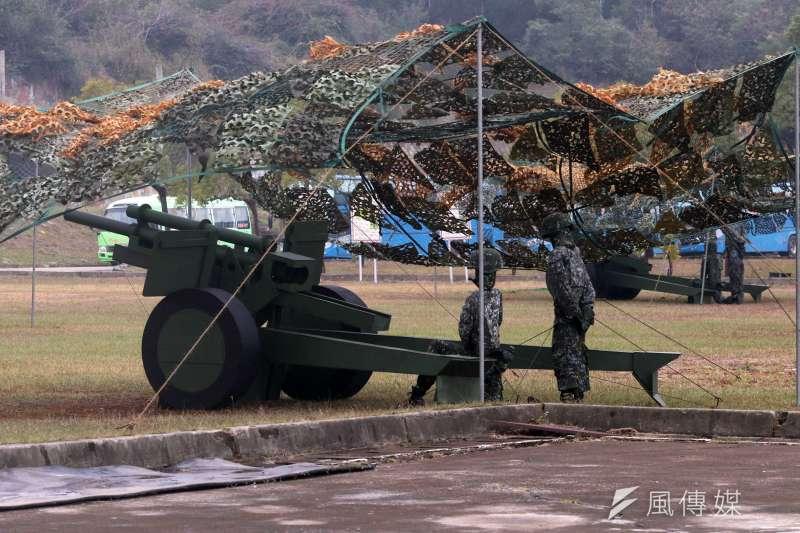 20190117-國軍第五作戰區16日清晨在位於台中大甲溪出海口的「甲南海灘」進行聯合反登陸作戰演練,圖為木製假榴砲。(蘇仲泓攝)