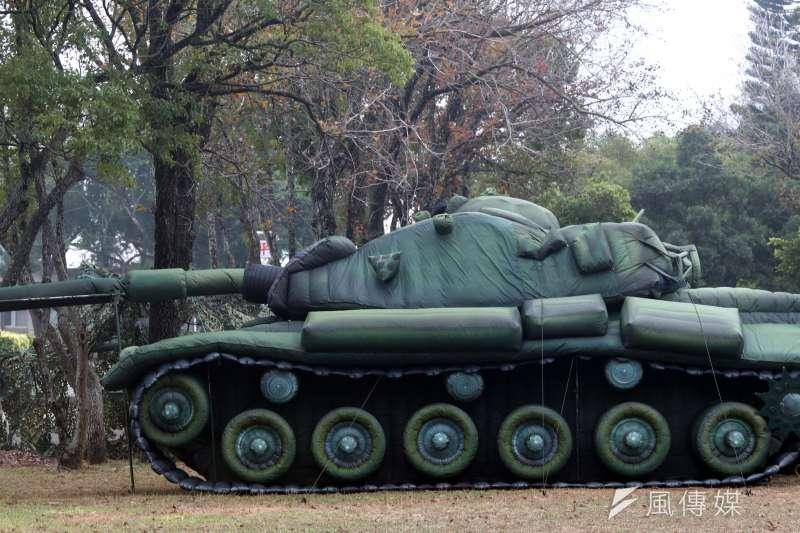 國軍第五作戰區16日清晨在位於台中大甲溪出海口的「甲南海灘」進行聯合反登陸作戰演練, 圖為假的充氣式戰車。(蘇仲泓攝)
