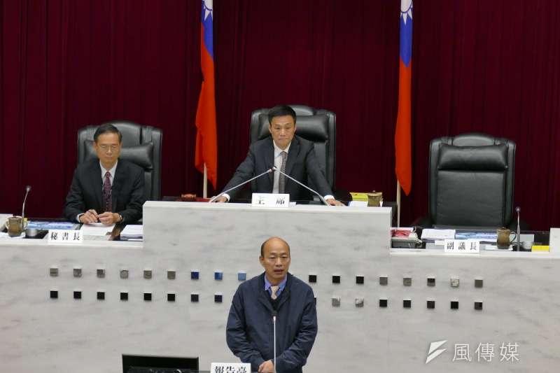 高雄市長韓國瑜(前)罷免案投票日當天,高雄市議會議長許崑源(後右)墜樓身亡,為政壇投下震撼彈。(資料照,徐炳文攝)
