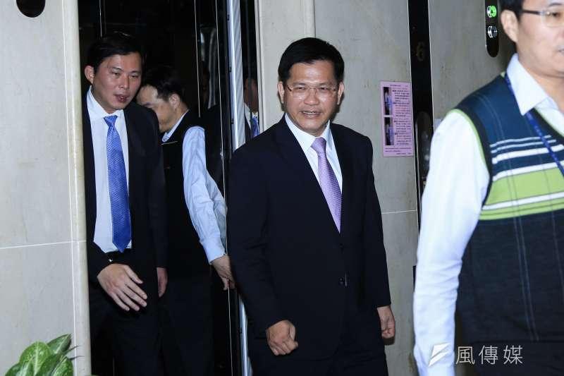 20190118-時代力量立委黃國昌(左)18日與新任交通部長林佳龍(中)交流。(簡必丞攝)