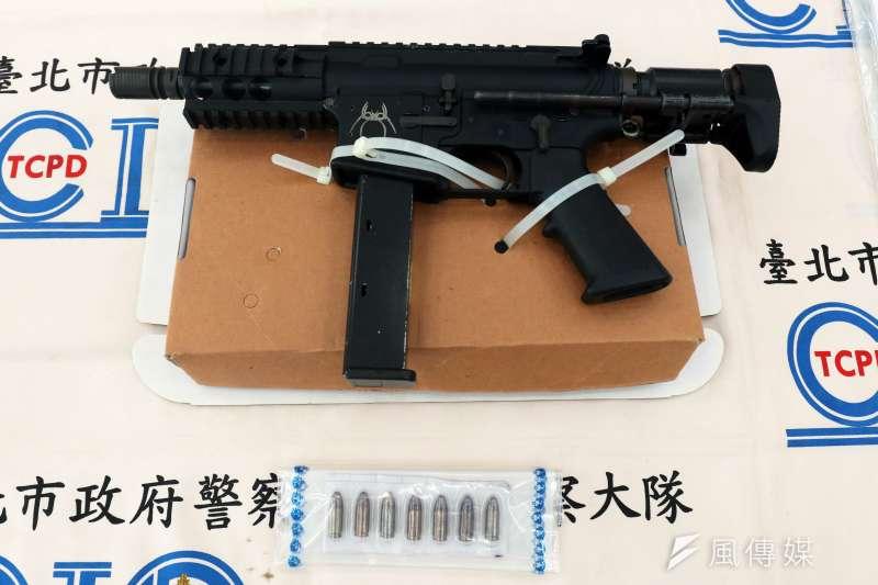 台北市警察局北投分局接獲情資,並於16日晚間查逮捕通緝犯,另在租屋處起出槍毒。圖為RM-22401斯派克戰術ST-15中長AR15/M4LE卡賓槍1支。