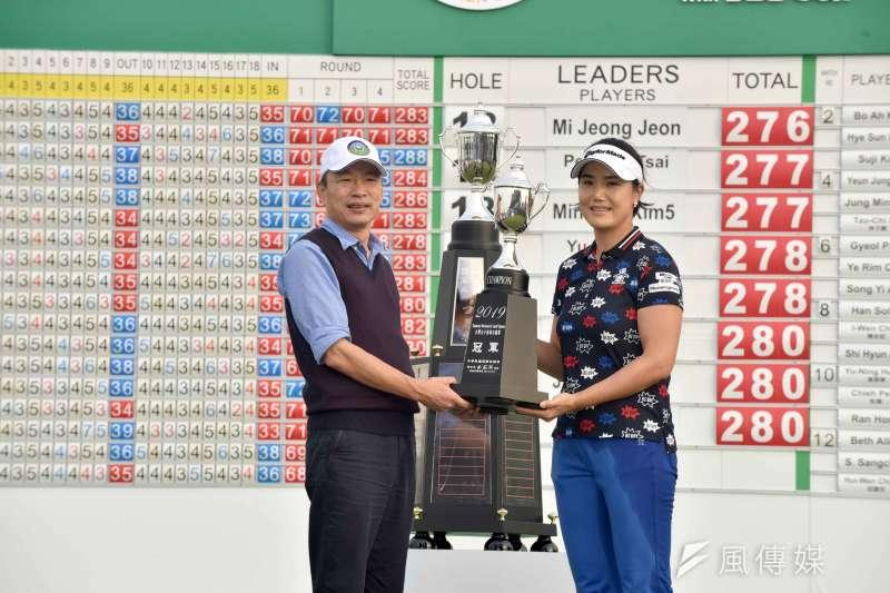 「2019台灣女子高球公開賽」於信誼高爾夫球場熱鬧展開,高雄市長韓國瑜前往觀賽為選手加油。(圖/徐炳文攝)